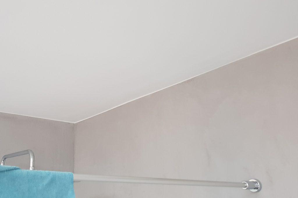 Badrenovierung: Wandoberfläche mit Marmorspachteltechnik