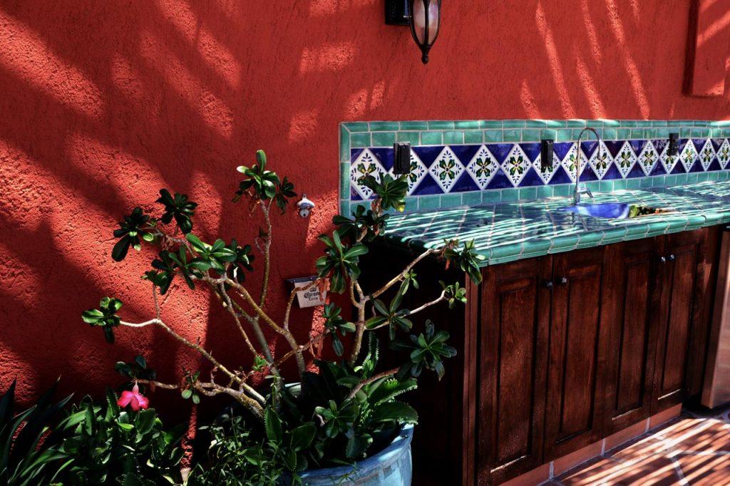 Mediterrane Wandgestaltung mit Fassadenfarbe für die Aussenküche der Terrasse