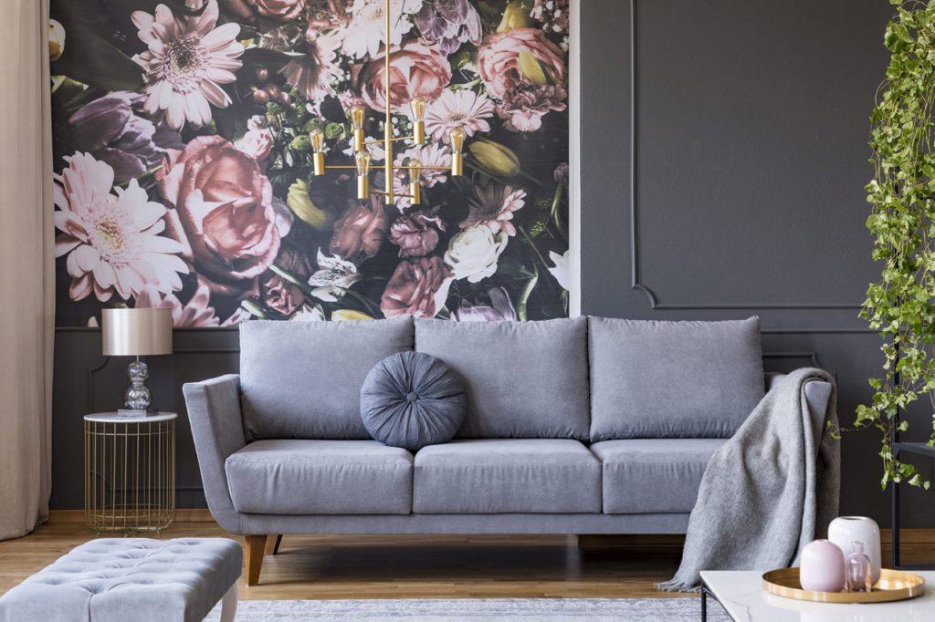 Wohnzimmer mit floraler Tapete, Dekorleisten und farbig angelegten Wänden im Vintage-Style